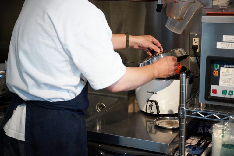 台湾の代名詞、電釜は蒸したり、煮たりと調理に大活躍。