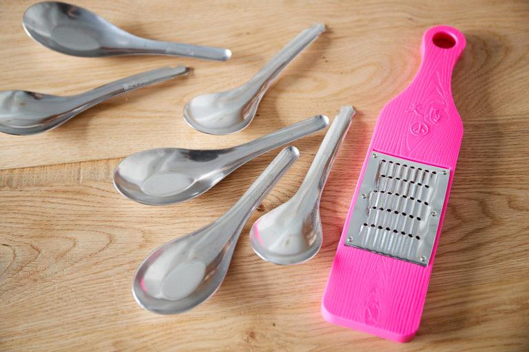 ピンクのシリシリでキャロットラペを作っている。ステンレスのレンゲは金魚の模様入りと決めている。