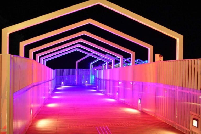 エレベーターを降りると橋があるのですが、夜間は幻想的なイルミネーションが光ります。