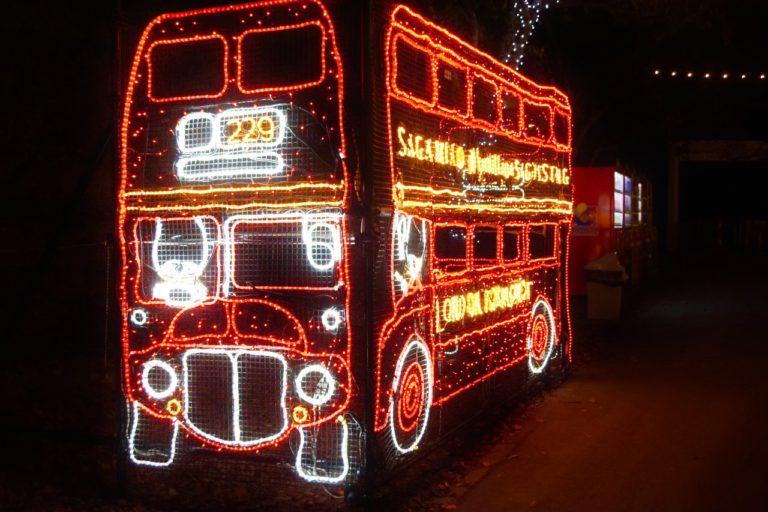 キュートな「ロンドンバス」は毎年人気のイルミネーション。