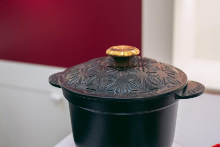 「ココット・エブリィ 18 WAGARA レリーフ」(25,000円)。蓋の文様は縁起柄と言われる麻の葉の文様。お正月こそ派手な色が使われそうですが、敢えてシックな色で表現しているところがかっこいい!個人的イチオシです。この深さを利用してお赤飯を炊きたい・・・!