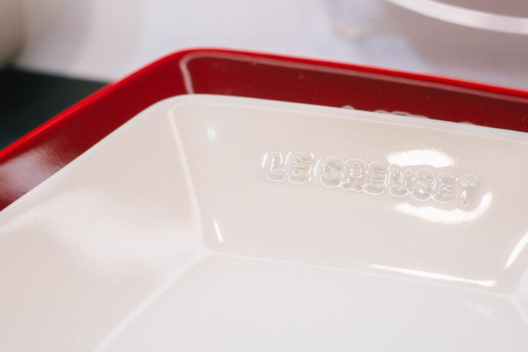 お正月にぴったりの赤は深みのあるチェリーレッド色。何枚か組み合わせて置くだけで、食卓がかっこよく決まります。ミニ・ロッカク・プレートを上にのせてもいい感じ。