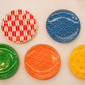 「ミニ・ラウンド・プレート(5枚入り)WAGARA」(6,000円)。5柄・5色の豆皿セットは、テーブルにちりばめて置いてみましょう。黒豆や昆布巻など、地味目な色の食材も、盛り付けるとパッと明るく仕上がります。