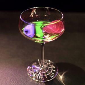 「薔薇茶酒」。照明が反射して虹色ですが本来は透明です。