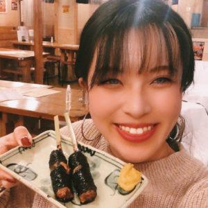 お酒にぴったり!新橋〈炭火やきとりと活な魚 串八珍〉の「元祖青シソ納豆巻き串」。