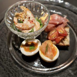 ウニや生ハムをトッピングした半熟卵やエビなどボリューム満点な「前菜盛り合わせ」。
