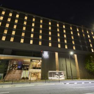 隅田川沿いであるほか〈両国国技館〉の目の前にも位置する。