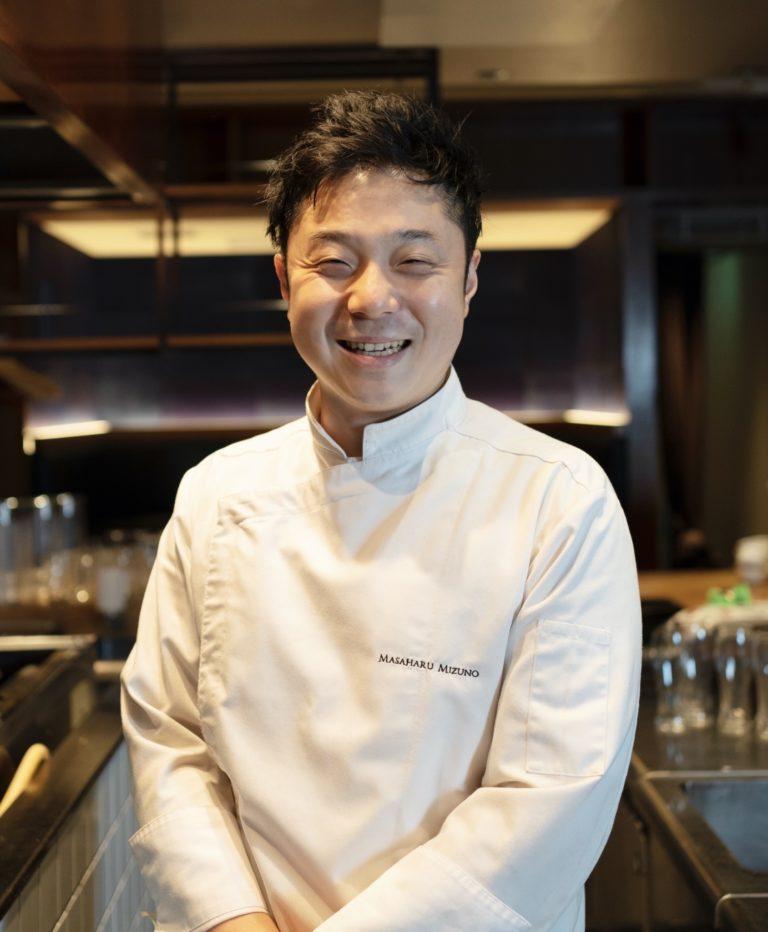 元〈パレスホテル〉の〈グランドキッチン〉シェフパティシエ・水野雅治さん。同店ではをスイーツを提供。