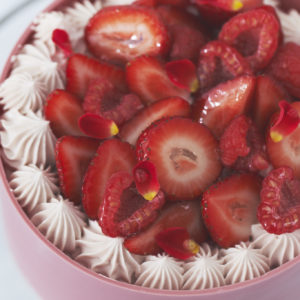 ルビーチョコレートと相性がいいラズベリーや苺をふんだんにトッピング。