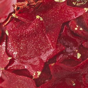 星を模った真っ赤なチョコレートは、大きさや形が異なる4種類を散りばめている。