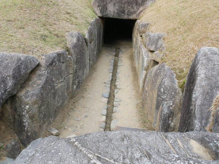 羨道の真ん中にあるのは、排水溝です。