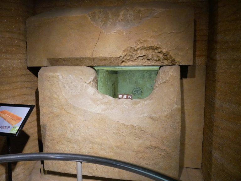 発見当初の石室を忠実に再現した盗掘穴。