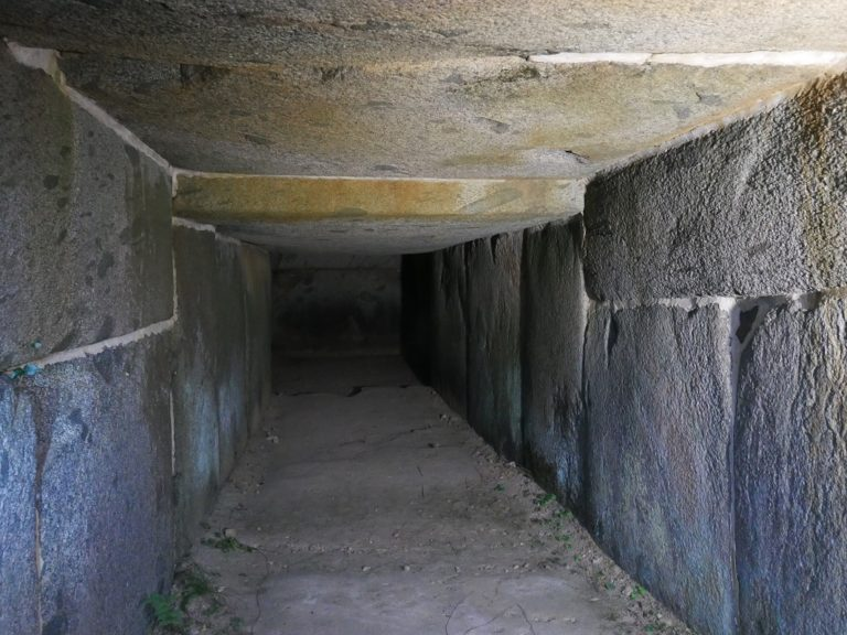 横穴式石室の羨道。