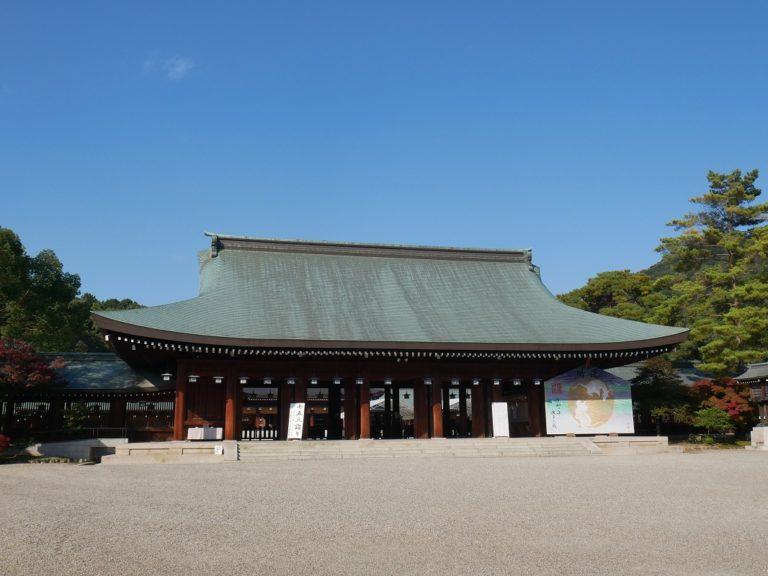 外拝殿の右側には大きな絵馬が。
