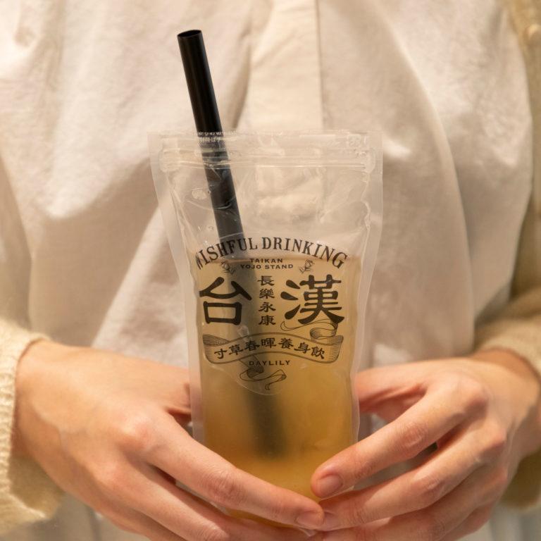 ドリンクスタンドの人気商品は「白木耳美肌ジュース」750円。ブレンド茶はギフトにも人気。