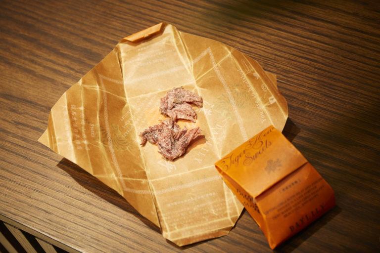 疲労回復に。台湾の伝統的なパッケージで包まれた洛神花(ローゼル)。体に潤いを与えてくれる効果があるとか。「虎頭包」480円。