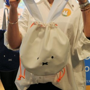 「Pinkoi × miffy リボン巾着バッグ」。持ち手がミッフィーの耳に!
