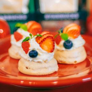 サクッとしたメレンゲの焼き菓子「パブロバ」。シナモンの香りとコーヒーは言わずもがな相性抜群。好きなフルーツでデコレートしてみて。