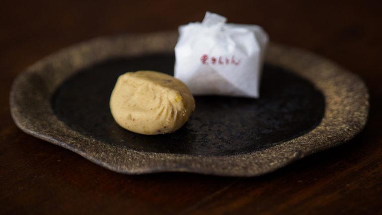 〈恵那寿や〉の「栗きんとん」。栗と少量の砂糖だけ。栗のほっくりした甘さがたまらない!