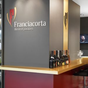 バイザグラスでいつでも楽しめる、フランチャコルタバー。