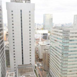都会の映りゆく景色を眺められる。
