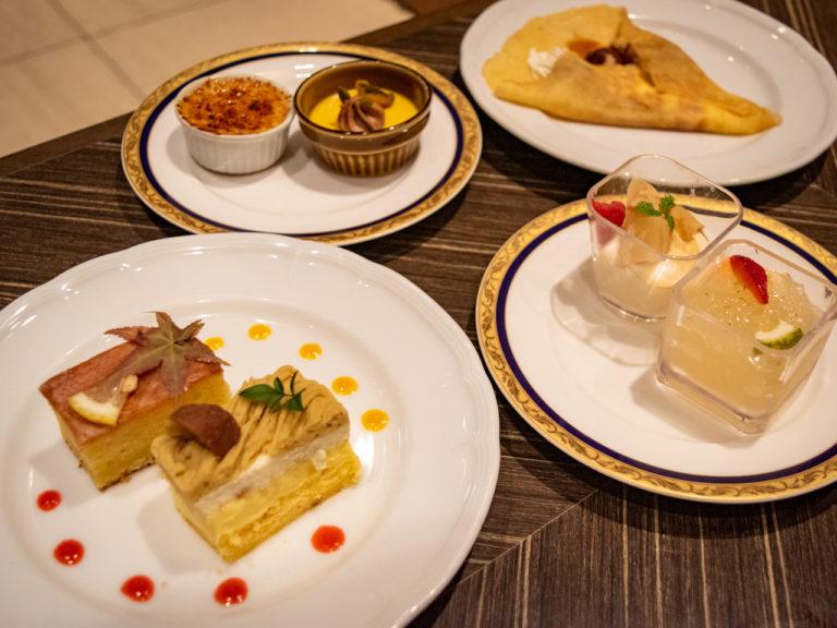 右上から時計回りに、焼きたてのクレープ、キャラメルポワール、かぼすゼリー、熊本県産栗のモンブラン、佐伯マリンレモンケーキ、クレームブリュレ、パンプキンプリン。