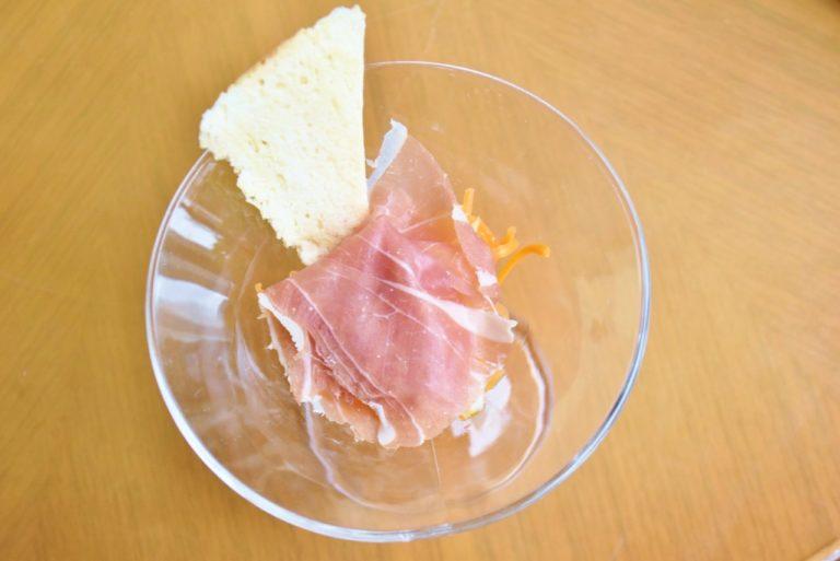 生ハムの塩味とほんのり甘いキャロットラペがよく合うサラダ。