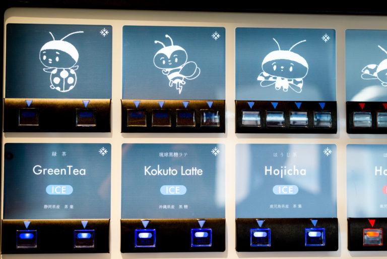 〈みんな電力〉社内のオリジナル自動販売機。かわいいイラストとともに「沖縄県産 黒糖」など産地を記載。