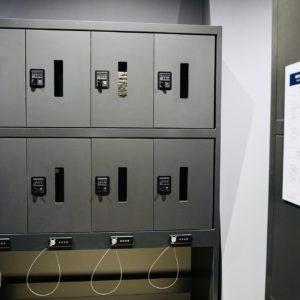 宿泊者専用のセルフクロークへの入室も顔認証でパス。ロッカーとスーツケース用のワイヤーは暗証番号設定。