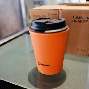 宿泊者は半額の600円で購入できるオリジナルタンブラー。これをカフェカウンターに持参すれば宿泊中はコーヒーと紅茶が無料に。
