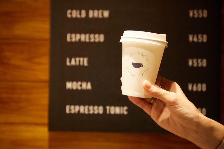 入り口はカフェのルールを守るため、帰りにデカフェのコーヒーかお茶が手渡される。
