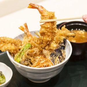 タレが染みこんだ天ぷらからジュワッと旨みがあふれ出す。〈天ぷら 愛養〉の天丼。