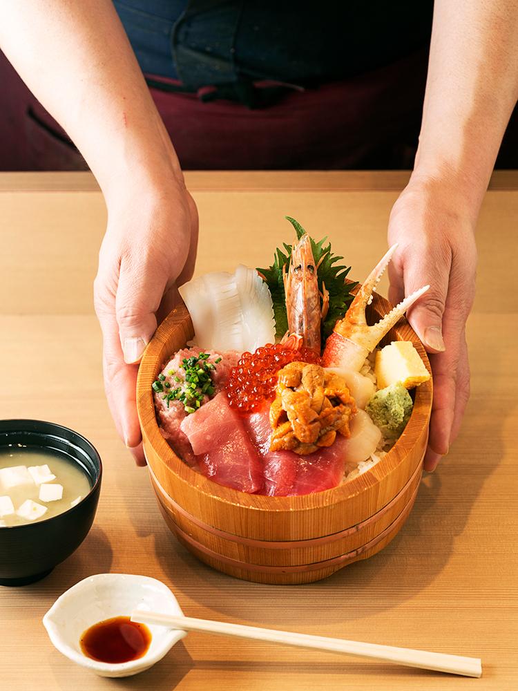 シャリが見えないほどネタがぎっしり。〈海鮮丼 大江戸〉