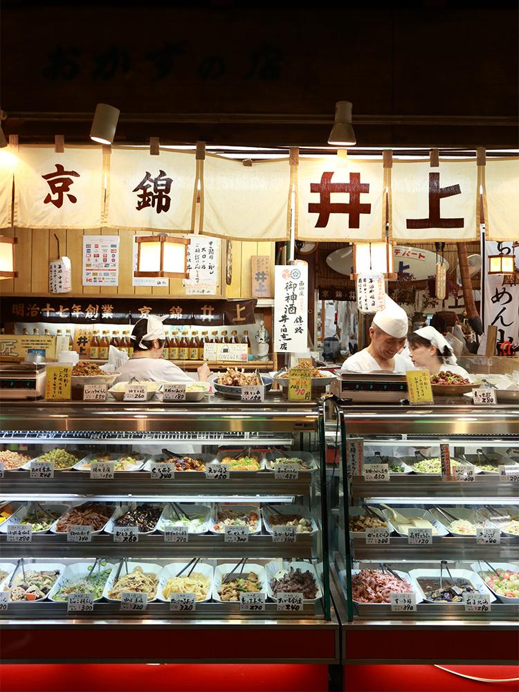80種類以上のおかずがずらり。目移りするも楽しい専門店〈井上佃煮店〉。