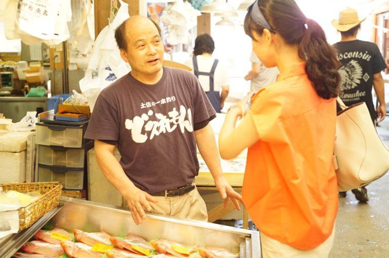 田中鮮魚店の社長・田中隆博さんは、高知に古くから伝わる「カツオのわら焼き」(カツオをわらで炙ってタタキにする昔ながらの製法)文化が衰退していることを危惧し、県内外で実演販売するなど、わら焼きのおいしさと魅力を伝え続けている人。