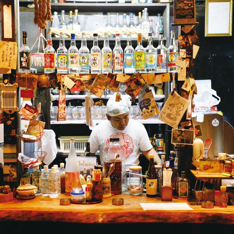 「缶つま」が流行る前から、つまみは缶詰がメインの〈栄町ボトルネック〉。