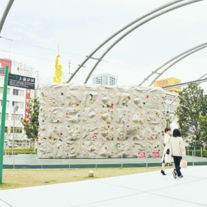 ボルダリングは2時間500円〜。利用の手続きは園内のパークセンターにて行う。