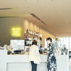 カフェ〈VALLEY PARK STAND(ヴァリー・パーク・スタンド)〉は公園と地続き。宿泊客以外も利用できる。