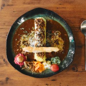 カレーの聖地・高円寺にある〈スパイスカレー MANTRA〉へ。種類豊富な副菜が、カレープレートに華を添える。