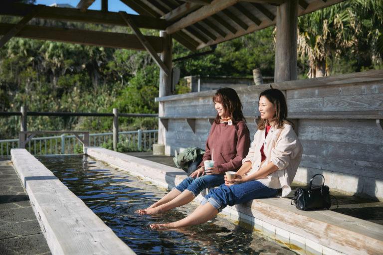 足湯をしながら景色を楽しみます。