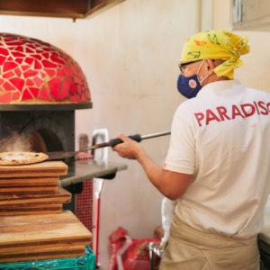 オーナーの伊原和良さんが、ピザ専用の窯でていねいに焼き上げます。
