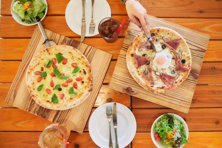 ピザは左から「ドラータ」(数量限定)、「タルトゥーフォ」で、各1,630円。ランチセットは+500円で、ソフトドリンクとミニサラダが付きます。