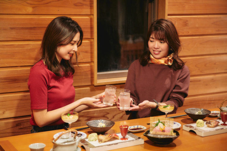 麦芋焼酎「八重椿」で乾杯!「すっきりして飲みやすいです」(土屋さん)。