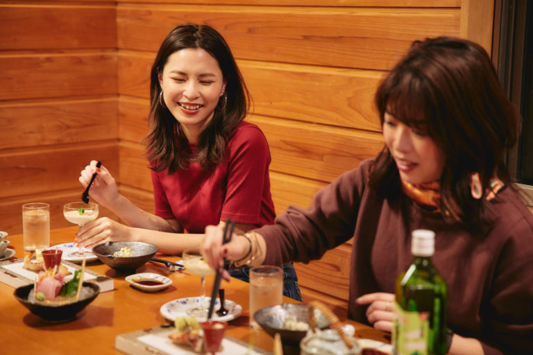 八丈島の海の幸を中心に、地元の食材をふんだんに使ったコース料理。季節によって内容は変わるそう。オリジナルメニューを前に、2人のお酒もすすみます。