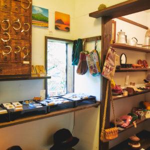 お店の奥では、島在住の作家さんが作った雑貨の販売も行っている。
