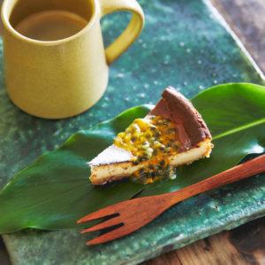 「ケーキセット(日替わりのパッションフルーツチーズケーキ、コーヒー)」800円。