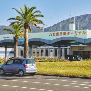 〈八丈島空港〉は、3階立てのビルになっている。