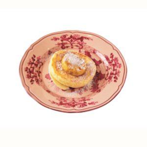 定番のミニリコッタパンケーキ、フレッシュバナナとハニーコームバター添え。