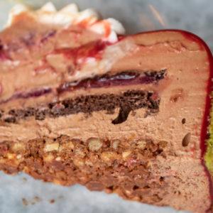 ダークチョコレートやラズベリーのジュレなど、5層になっていて濃厚な味わい。