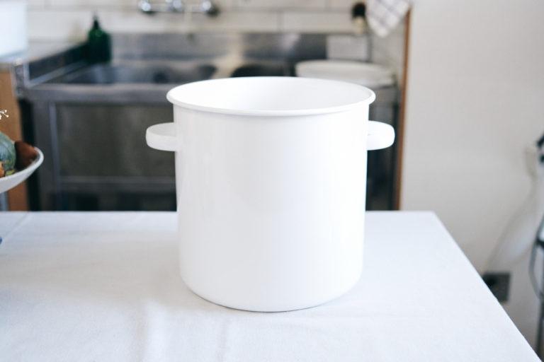 味噌は〈野田琺瑯〉の「ラウンドストッカー」に保存。表面を覆うガラス質は、細菌の繁殖を防いでくれるスグレモノ!
